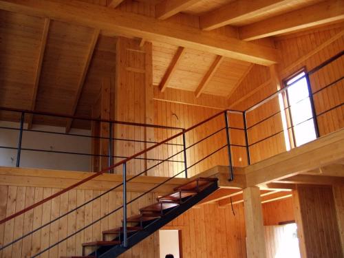 escalera interior zona noche casa de madera prefabricada Vilas Anderson