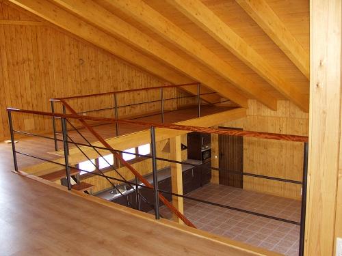 vista general interior casa de madera prefabricada Vilas Anderson