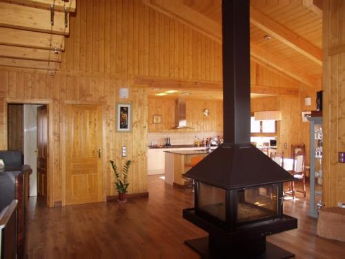 salon con chimenea casa de madera prefabricada Vilas Anderson