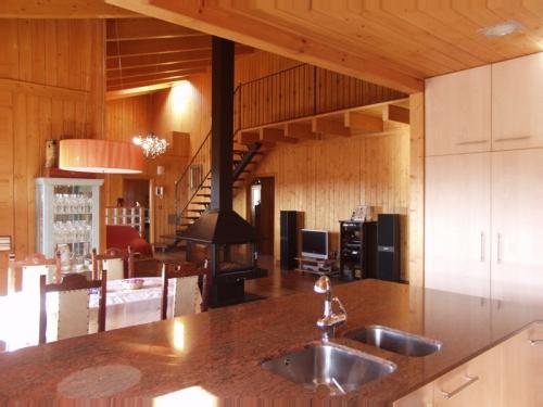 salon y cocina casa de madera prefabricada Vilas Anderson