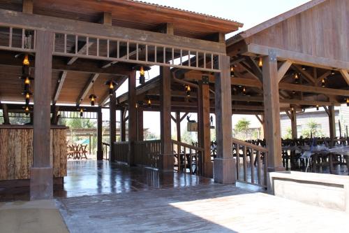 terraza restaurantes con paredes prefabricadas de madera